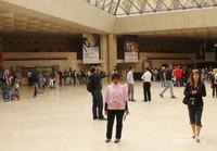Berdiri tepat di bawah Piramida Kaca Museum Louvre