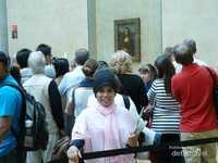 Kerumunan orang yang senantiasa memadati area lukisan Monalisa karya Leonardo da Vinci
