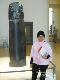 Berdiri di depan tugu batu yang memuat Codex Hammurabi yang dianggap sebagai kumpulan Hukum tertua di dunia.