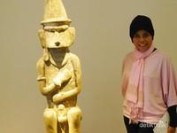 Berdiri di samping Patung dari Pulau Nias di Indonesia yang menjadi salah satu koleksi museum ini