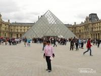 Akhirnya berfoto di depan piramida kaca setelah lelah menikmati beragam karya seni di dalam museum