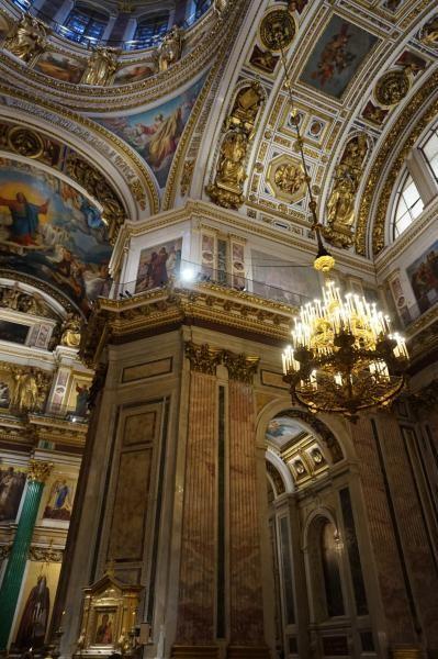 Interior mewah dan megah dengan dominasi warna emas dimiliki oleh katedral ini