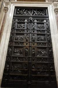 Katedral dibuka setiap hari mulai pukul 10.30 hingga 18.00 dan buka malam hari saat musim panas