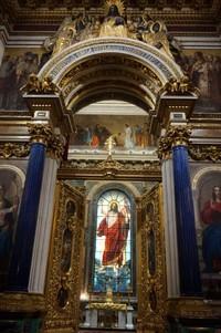 Fasad katedral didekorasi oleh pahatan-pahatan dan tiang granit besar