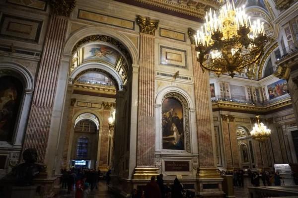 Interior katedral diisi dengan mozaik, lukisan, juga tiang tinggi