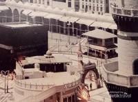 Potret Masjidil Haram di masa lampau. Di dinding museum terdapat beberapa foto sejarah Masjidil Haram dari masa ke masa