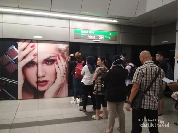 Warga negara Malaysia bisa antre rapi sebelum naik MRT walaupun hanya beberapa orang saja