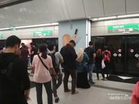 Banyak atau sedikit mereka tetap antre untuk naik MRT
