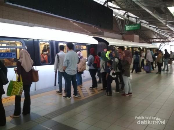 Suasana nampak ramai antre teratur dan rapi sembari menunggu penumpang yang mau turun