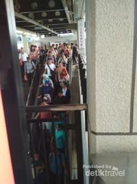 Seusai menggunakan MRT pun tak menyurutkan mereka untuk antre di eskalator