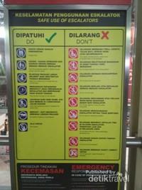 Rambu untuk menggunakan eskalator mana yang boleh dan mana yang tidak pun terpampang jelas