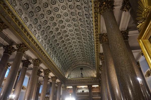 Katedral didirikan tahun 1801-1811 oleh Andrey Voronikhin atas perintah Emperor Paul I untuk bisa menyerupai St. Peters Basilica di Vatikan