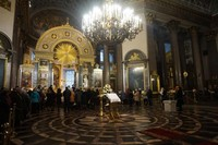 Interior dan eksterior katedral dihiasi oleh patung-patung. Patung perunggu orang suci dipahat oleh Stepan Pimenov, Ivan Martos dan Vasily Demut-Malinovsky. Dindingnya didekorasi oleh lukisan para seniman terkenal seperti Karl Bryullov dan Vladimir Borovikovsky.