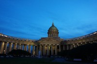 Kubahnya memiliki tinggi 80 meter dan tiang kokoh yang menghadap Nevsky Prospekt berjumlah 96