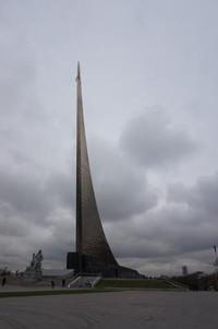 Dari stasiun subway menuju museum kita akan melewati Cosmonaut Alley dimana terdapat batu peringatan tokoh-tokoh penting dalam perkembangan luar angkasa Soviet