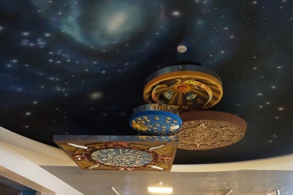 Interior museum yang bertema luar angkasa membuat kita merasakan suasana luar angkasa