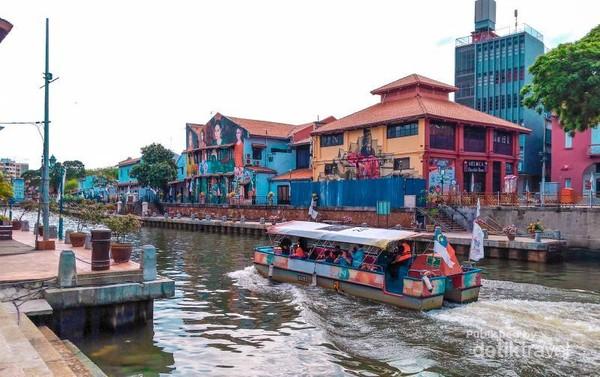 Menyusuri sungai Melaka yang bersih dengan menaiki Melaka River Cruise