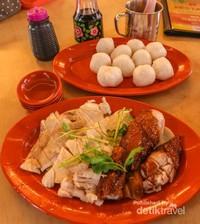 Mencicipi chicken rice ball yang rasanya gurih