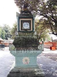 Tugu Jam yang berada di bagian depan Masjid Gede Mataram
