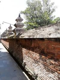 Pagar tembok setinggi 2,5 meter yang berbatasan dengan permukiman warga