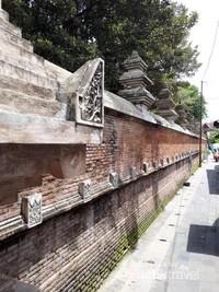 Pagar tembok yang unik namun kelihatan cantik dan menarik
