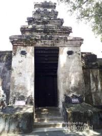 Gapura masuk ke makam yang terbuat dari batu padas