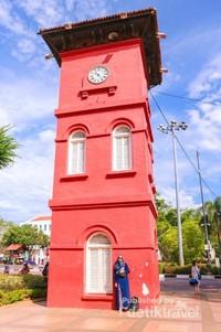 Berfoto dengan latar belakang menara jam Tan Beng Swee (clock tower)