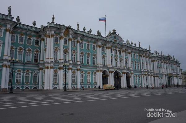 Winter Palace, istana yang menunjukkan kebesaran Rusia. Merupakan bagian dari Hermitage Museum