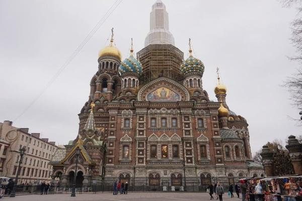Church of Savior on Spilled Blood terletak di sisi kanal Griboedova