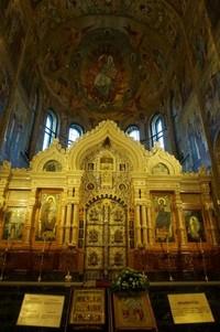 Mosaik tidak hanya menghiasi dinding, namun seluruh bagian gereja termasuk langit-langit