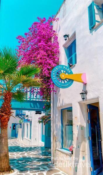 Jalan batu dan dominasi warna biru putih dibuat semirip mungkin dengan aslinya. Serasa berada di Santorini ya