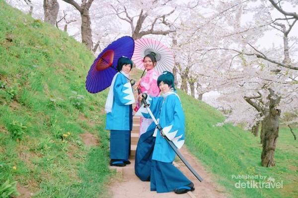 Para cosplayer yang marak keluar saat bunga sakura mekar.