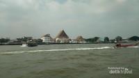 Salah satu moda transportasi utama di Bangkok selain beragam transportasi darat adalah Boat. Untuk menyeberangi Chao Phraya River, harga tiket mulai dari THB 4.