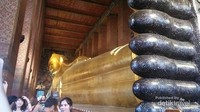 Reclining Buddha (Buddha Berbaring) di Wat Pho dengan HTM THB 100.