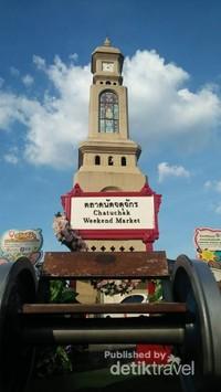 Menara Jam Chatuchak Weekend Market. Menara ini menjadi ikon sekaligus titik tengah dari pasar terbesar di Thailand ini.
