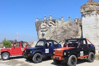 Jeep yang siap mengantar pengunjung untuk berwisata di sekitar Tebing .