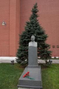 Salah satu makam tokoh penting Soviet dan bunga di atasnya
