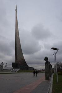 Museum Cosmonautic yang terletak di bawah menara yang menjulang tinggi dengan roket di puncaknya