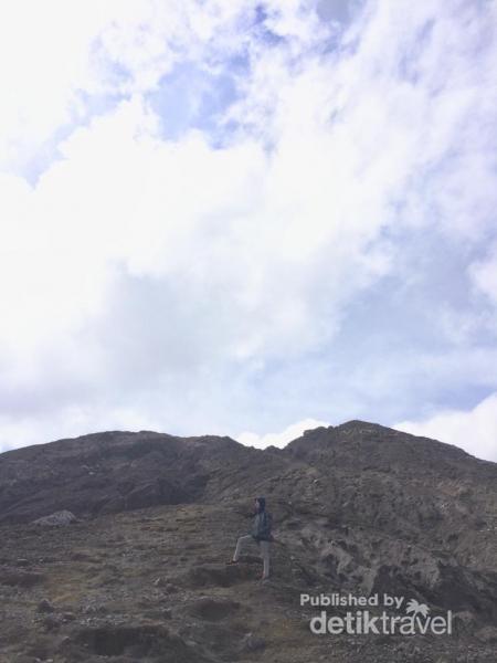 Berfoto di gunung
