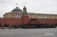 Bangunan Lenin Mausoleum yang kokoh berdiri di Red Square