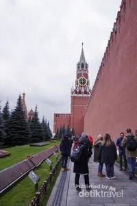 Di Lenin Mausoleum kita bisa melihat jasad asli Lenin, pemimpin Uni Soviet yang diawetkan
