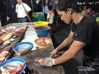 Ikan yang dibersihkan sebelum dipanggang