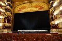 Teater utama yang didominasi warna emas