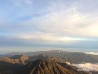 Pesona Gunung Bromo dari puncak Gunung Semeru