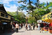 Mengisi perut di deretan penjual makanan di sekitar Nara Park