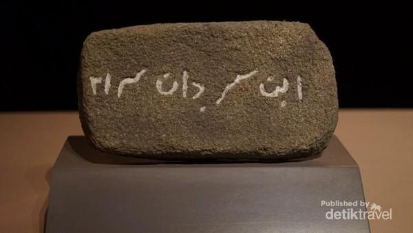 Replika Batu Ibnu Sardan, ditemukan di Lembah Bujang Kedah. sebagai bukti munculnya Islam di Lembah Bujang.