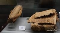 Kulit pohon tertentu yang digunakan sebagai bahan baju pada era tersebut