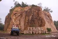 Tebing Banyunibo yang berlumpur menjadi garis finis tur Jeep. Pengunjung bisa memilih untuk bermain lumpur atau tidak