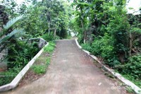 Jalan kecil dan menanjak yang kami lalui, di beberapa tempat jalannya masih berbatu