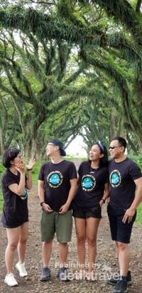 Bersama teman-teman bersenda gurau di bawah pohon yang berusia ratusan tahun